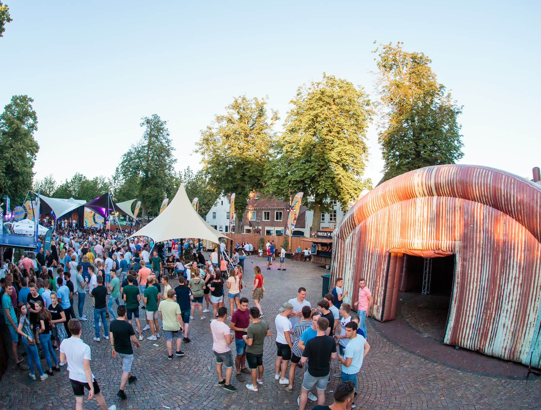 oude roestige feest-tent