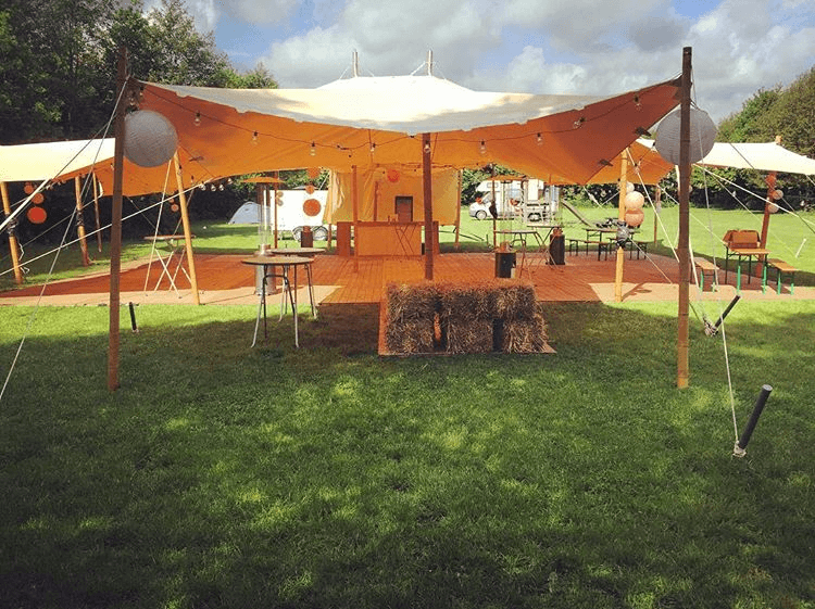 Sfeervolle trouwlocatie fuif-tent