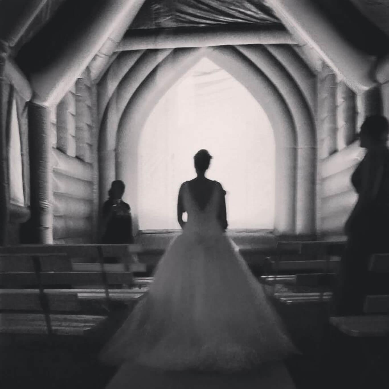 Trouwen in een nep kerk