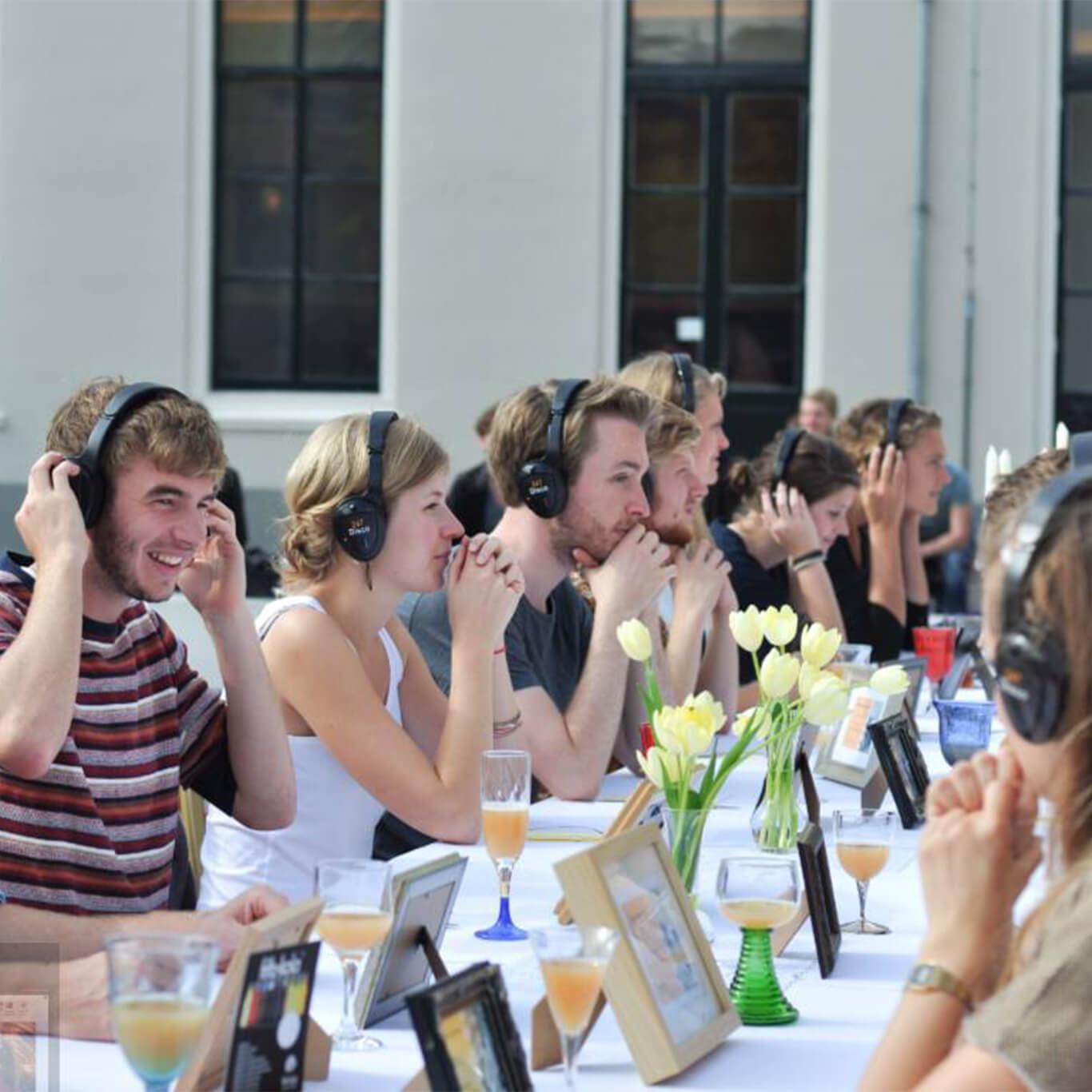 Uniek dineren met koptelefoons